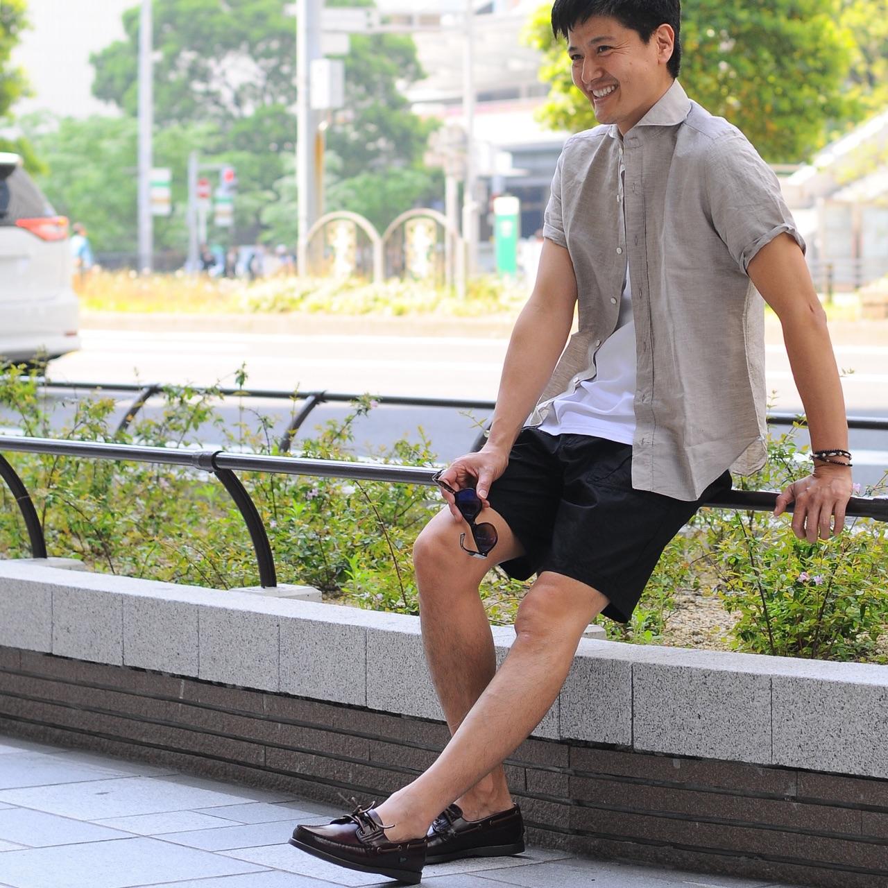 半袖シャツ×ショーツの大人ファッション