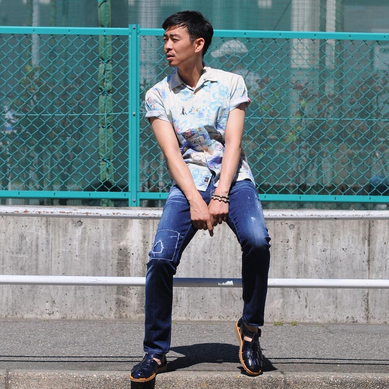 総柄開襟シャツのカジュアルスタイル