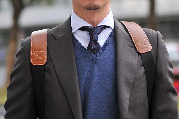 ゼニア生地使用スーツ フランスの温かみのある印象をブラウンスーツとニットで表現