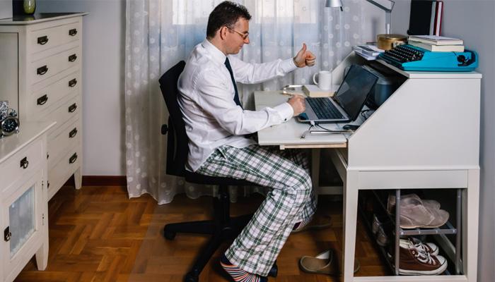 テレワークでの服装でありがちな、ふと立ち上がったときのパンツも気を遣おう