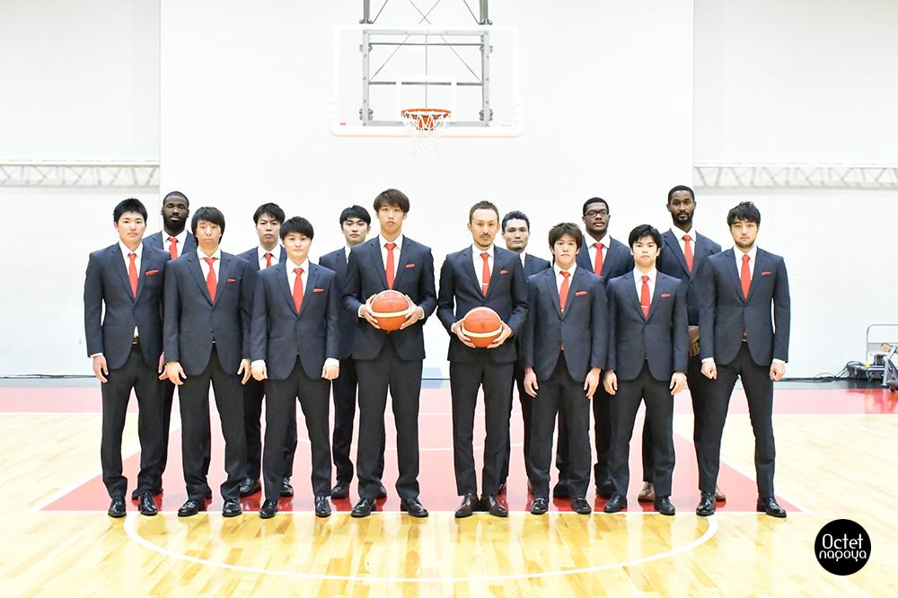 プロバスケット選手のユニフォーム姿とのギャップとしての、スーツ姿もこれまたカッコイイです。株式会社林商店は名古屋ダイヤモンドドルフィンズのオフィシャルスーツを提供しています。